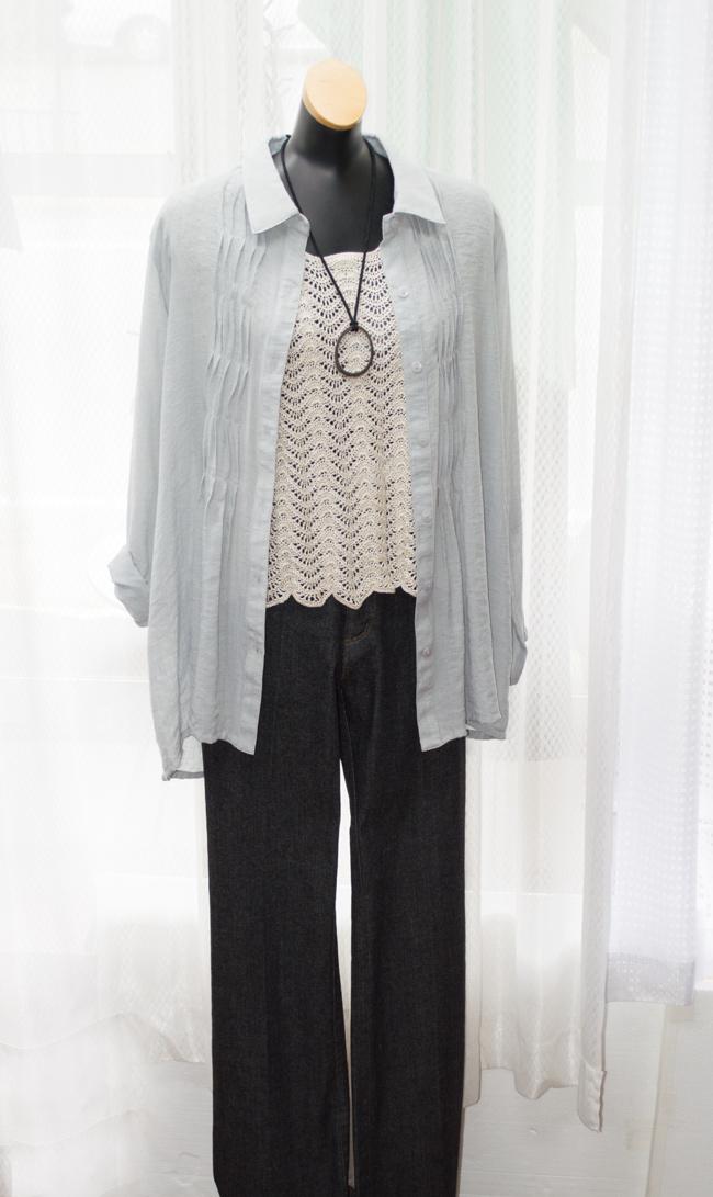 カジュアルに着用もできるかぎ針編み編みのニットです。