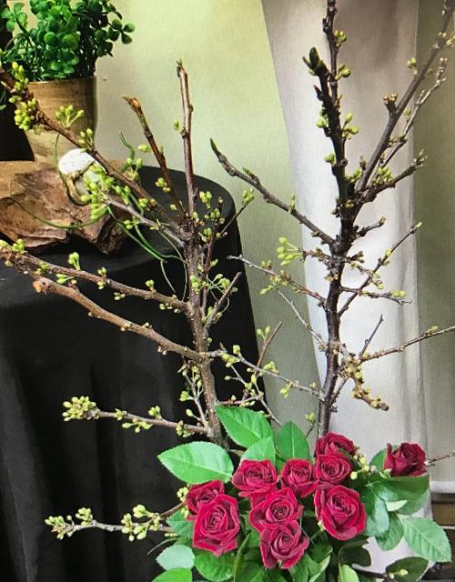 店に飾ってある枝物のお花とバラ。