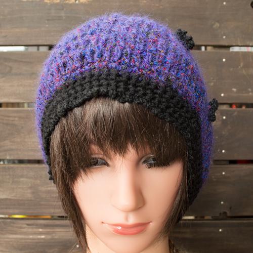 綺麗な紫系で頃のモチーフが付いているニット帽です。