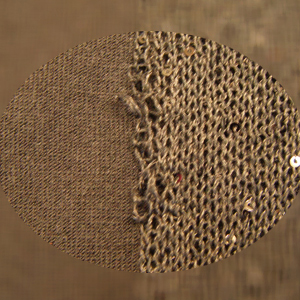 既製品のセーターの糸端が出ました。