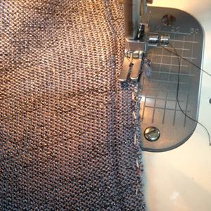 ミシンで縫って直します。