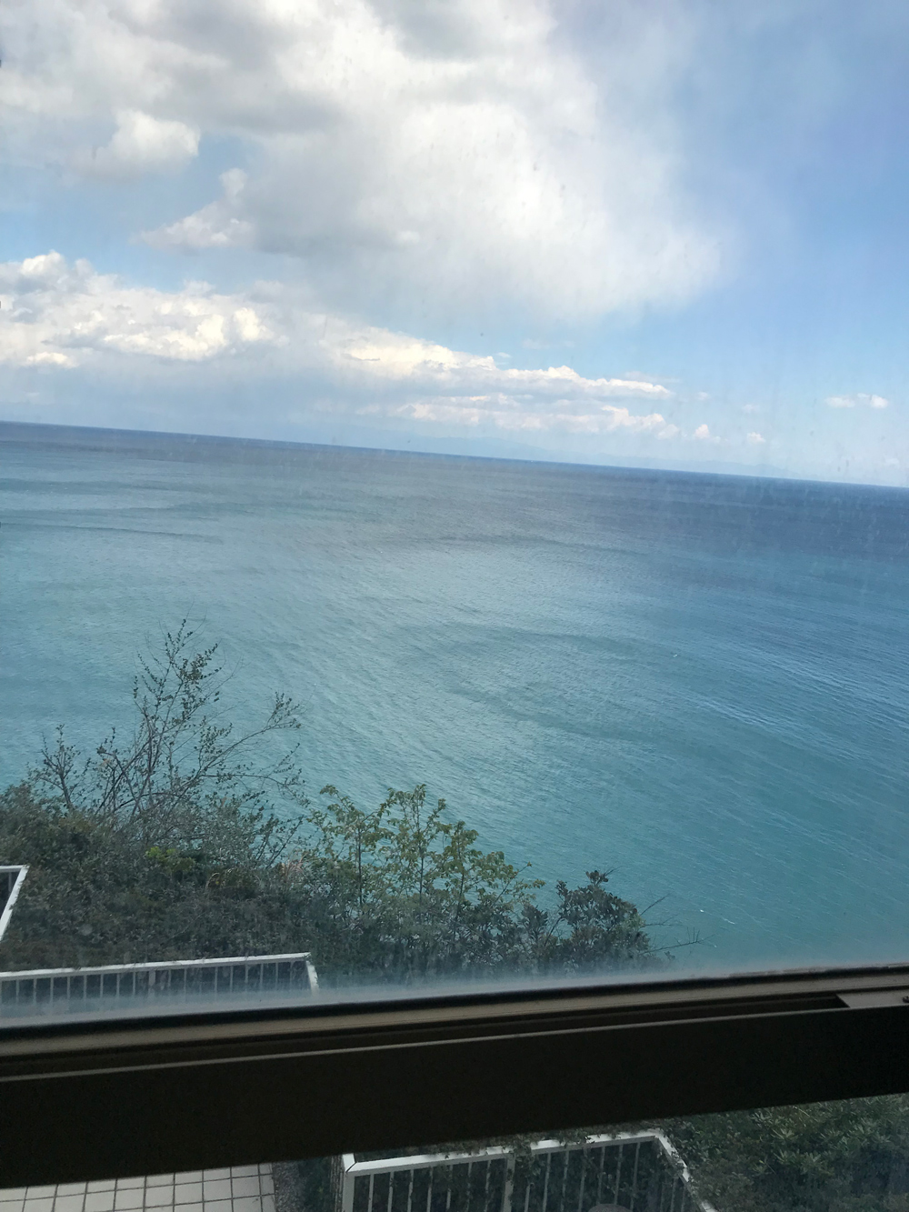窓から見える海は穏やかに見えました