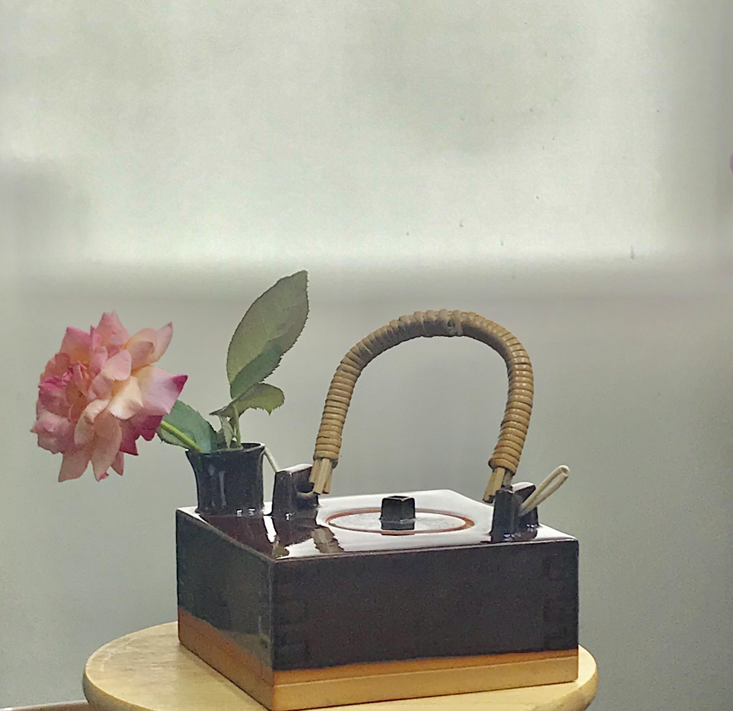 変形花瓶に庭のお花を一輪