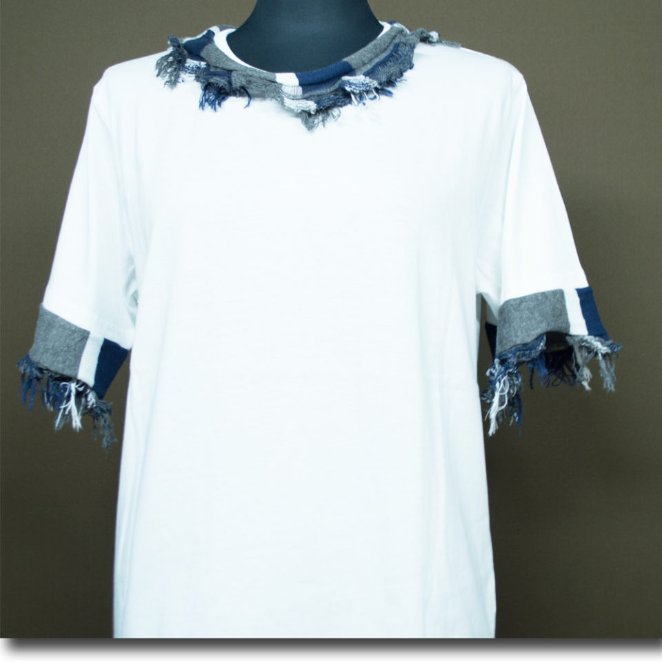 流行の白Tシャツを秋バージョンに